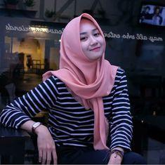 Jilbab Smile: Hijaber Cute Make A Smile Happy Casual Hijab Outfit, Ootd Hijab, Hijab Chic, Muslim Fashion, Hijab Fashion, Make Smile, Hijab Tutorial, Beautiful Hijab, Selfie