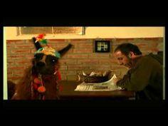 Ella o yo - YouTube cortometraje argentino.  Un padre llega a la casa con una llama y la esposa le da un ultimatum.