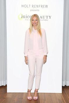 Ganz in Rosé: Gwyneth Paltrow in einem einfarbigen Ensemble. Zu Seidenbluse mit Schleife trägt sie eine figurbetonte Hose von…
