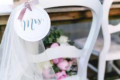 Exklusive Deko für die Stühe des Brautpaares   Dein Hochzeitsblog   Der Hochzeitsblog für moderne und kreative Hochzeiten