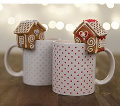 Pieni piparkakkutalo lahjamukin reunalla. (PDF-kaavat linkistä) Gingerbread Houses, Christmas Inspiration, Biscuits, Xmas, Decorating, Baking, Tableware, Mini, Sweet