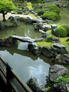 Little Garden Ideas Apartment Therapy urban backyard garden design. Zen Garden Design, Japanese Garden Design, Kyoto, Japanese Rock Garden, Japanese Gardens, Small Backyard Gardens, Rooftop Gardens, Water Gardens, Modern Backyard