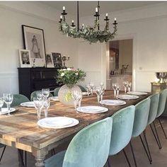 Beautiful Via @gubiofficial @hannasanglar #interior_delux #diningroom #diningchair #gubi #chandelier #spiseplass