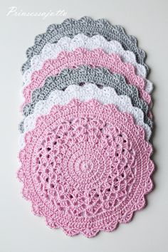 Very nice and easy to color our tables. - Crochet for Home Crochet Placemats, Crochet Table Runner, Crochet Doily Patterns, Crochet Motif, Crochet Doilies, Crochet Stitches, Knit Crochet, Crochet Home, Love Crochet