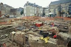 Vue générale du chantier avec, au premier plan, les vestiges des boutiques gallo-romaines établies en bordure d'une grande rue où travaillaient des artisans Antiquité...