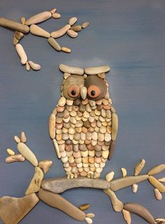 From owls to beach-goers, Stefano Furlani creates many amazing images from rocks. Check out these 25 Amazing Rock Art Pieces By Stefano Furlani. Caillou Roche, Owl Mosaic, Pierre Decorative, Art Rupestre, Rock Sculpture, Rock And Pebbles, Owl Crafts, Wreath Crafts, Stone Crafts