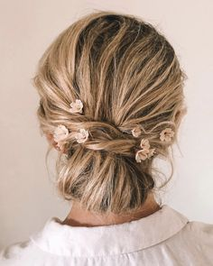 Bride Hannah wears the Whisper hair pins Side Swept Hairstyles, Loose Hairstyles, Wedding Hairstyles, Messy Wedding Hair, Wedding Updo, Headpiece Wedding, Bridal Headpieces, Bridal Hair Mid Length, Side Chignon