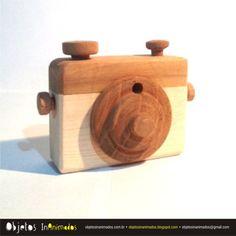 Máquina fotográfica feita em madeira reciclada / duas cores