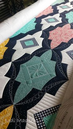 Metro Medallion Design by Sew Kind of Wonderful, pieced and quilted by Judi Madsen Colchas Quilting, Quilting Rulers, Quilt Stitching, Free Motion Quilting, Long Arm Quilting Machine, Machine Quilting Designs, Quilting Tutorials, Quilting Projects, Quilting Ideas