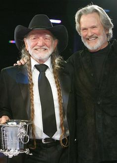 Willie Nelson, Kris Kristofferson - and Cash & Waylon if they were still… Country Musicians, Country Music Artists, Country Music Stars, Country Singers, Outlaw Country, Kris Kristofferson, Willie Nelson, Music Icon, My Favorite Music