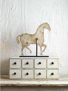 .En una paleta de color blanca los elementos en tonos naturales como fibras o este caballo de metal ligeramente oxidado aportan la textura necesaria para enriquecer los detalles.   #Esmadeco.