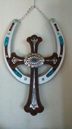 Horseshoe Projects, Horseshoe Crafts, Lucky Horseshoe, Horseshoe Art, Horseshoe Ideas, Horseshoe Wreath, Horseshoe Jewelry, Western Crafts, Rustic Crafts
