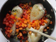 ARROZ CON POLLO: LA RICETTA 4/5 - Aggiungete le carote, i peperoni ed il pomodoro e fateli insaporire un poco.