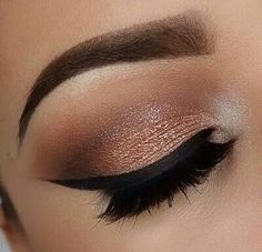 Black eyeliner and the brown, champagne color makes the whole eye look glamorous!