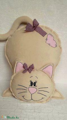 Drapp Macska -pihe-puha párna, Baba-mama-gyerek, Játék, Otthon, lakberendezés, Gyerekszoba, Varrás, Hímzés Dog Crafts, Felt Crafts, Crafts To Make, Sewing Crafts, Sewing Projects, Diy Cat Toys, Fabric Animals, Sewing Pillows, Sewing Dolls