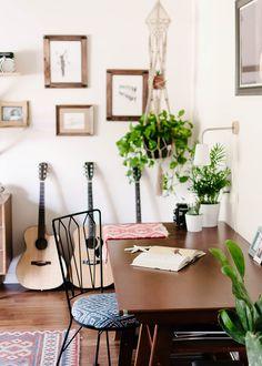 Bohemian Charm Meets Mid-Century Modern in Sunny Florida – Design*Sponge Bohemian Chic Home, Bohemian House, Florida Design, Mid Century Modern Living Room, Deco Boheme, Florida Home, Humble Abode, Diy Wall, Wall Decor