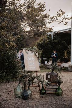Un mariage au Château de Monbet dans les Landes - la mariee aux pieds nus Wedding Signs, Wedding Day, Wedding Decorations, Table Decorations, Bottles And Jars, D Day, Old Antiques, Signage, Greenery