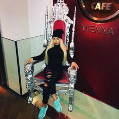 Queen  #queen#pretty#cool#allblack#everything#sneaker#nike#blonde#girl#babe#hot#beauty#cat#hardrock#cafe