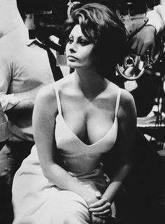 "wehadfacesthen: ""Sophia Loren photographed on the set of The Countess From Hong Kong, Pinewood Studios, London, 1966 "" Beautiful Hollywood Glamour, Hollywood Stars, Classic Hollywood, Old Hollywood, Divas, Trash Film, Actrices Hollywood, Italian Actress, Brigitte Bardot"