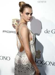 Com look Roberto Cavalli, a modelo teve que tomar cuidado com o decote lateral Foto: BENOIT TESSIER / REUTERS