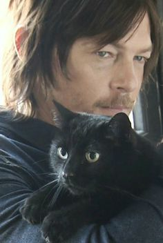 Five Famous Feline Fans Who Love Their Kitties If you know anything about Norman Reedus, he loves cats and motorcycles. Normally he plays Daryl on The Walking Dead but the rest of the time he's riding his hog or cuddling with a cat. The Walking Dead Saison, Carl The Walking Dead, Walking Dead Cast, Daryl Dixon, Crazy Cat Lady, Crazy Cats, Celebrities With Cats, Celebs, Men With Cats