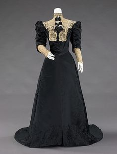 Evening dress. House of Worth (French, 1858–1956). Designer: Jean-Philippe Worth (French, 1856–1926). Date: q1900–1905. Culture: French. Medium: silk, metal. Dimensions: Length at CB: 74 in. (188 cm). Credit Line: Brooklyn Museum Costume Collection at The Metropolitan Museum of Art, Gift of the Brooklyn Museum, 2009; Gift of Mrs. William E. S. Griswold, 1941. The Metropolitan Museum of Art, NYC, USA.