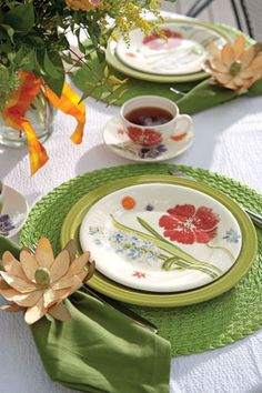 Mix and match green chargers and linens for a pop of color on your tablescape.
