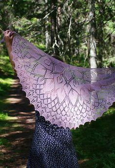Ravelry: Flower Princess shawl pattern by Aet Terasmaa Shawl Patterns, Flower Patterns, Knitting Patterns, Crochet Patterns, Pattern Flower, Knitting Ideas, Knitting Projects, Knitted Shawls, Crochet Shawl