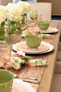 Spring Table Setting for Mother's Day Luncheon - Home with Holliday Happy Spring Table Setting - Home with Holliday Table Rose, Christmas Table Settings, Lunch Table Settings, Christmas Tables, Green Table, Beautiful Table Settings, Table Set Up, Stylish Home Decor, Decoration Table