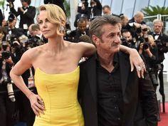 No tapete vermelho de Cannes, Charlize Theron exibe o longo pescoço ao lado do namorado Sean Penn Foto: LOIC VENANCE / AFP