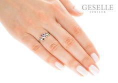 Nietuzinkowy pierścionek zaręczynowy z białego złota ze szmaragdem, rubinem, szafirem i brylantem | PIERŚCIONKI ZARĘCZYNOWE \ Brylanty \ Szafir, szmaragd i rubin natualny NA PREZENT \ Narodziny Dziecka od GESELLE Jubiler