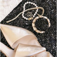 When your accessories for your wedding day and NYE are the same. You really don't want to miss this beautiful end-of-the-year wedding that's on the blog today! (#linkinprofile) If the accessories don't get you the ballgowns certainly will. #emilycrallweddings #emandnicksrockinnye