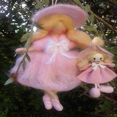 """Figurine en laine cardée feutrée à l'aiguille inspiration Waldorf """"Ma poupée"""" de la boutique MagicFairyland sur Etsy"""