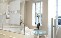 Bureau fermé avec des cloisons en verre. Mariage du style classique et du style contemporain. Tablette pour ordinateur portable intégrée à la table de travail Style Classique, Architecture, Decoration, Sink, Bathtub, Mirror, Bathroom, Frame, Furniture