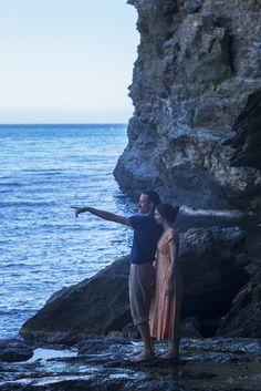 """Ένα σπίτι. Ένα μυστικό. Ένας άνδρας. Δύο αδελφές.  """"Μικρά Αγγλία"""". Η νέα ταινία του Παντελή Βούλγαρη σε σενάριο της Ιωάννας Καρυστιάνη, βασισμένη στο ομώνυμο βιβλίο της.  - See more at: http://mikraaggliafilm.gr/#sthash.eGy3D7sQ.dpuf"""
