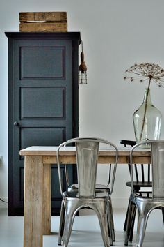 white walls, black cupboards, wooden table and metal chairs. All four favourite elements. Ticked.
