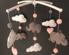 Elefanten Baby-Mobile Gehäkelter Elefant häkeln   Etsy Crochet Elephant, Baby Elephant, Cute Crochet, Crochet Yarn, Mobiles, Baby Shower Gifts, Baby Gifts, Handgemachtes Baby, Baby Changing Table