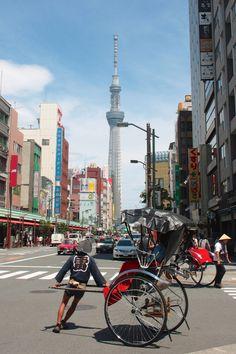 Rickshaws and Tokyo Skytree.雷 mean thunder and levin. 人力車とスカイツリー