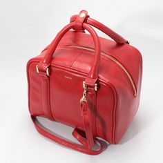 【CHARUER(シャルエ)】 レザーの質感とサイズ感が目を惹くトートバッグ。上品な色味も大人の女性にぴったりです。四角いフォルムがアクセントになるので、いつものスタイルを格上げしてくれるバッグです♪ http://www.hecrou-online-store.com/?pid=99369735
