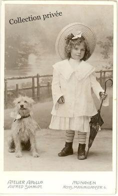 jouets d'enfants, jeux de photographes : Portrait d'une petite fille avec son chien. Photog...