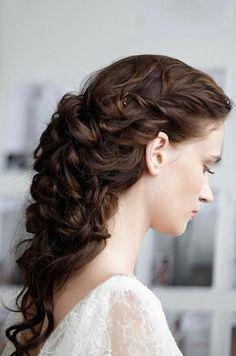 Luciendo un peinado diferente al recogido clasico de novia, que te parece un semi recogido de estilo medieval