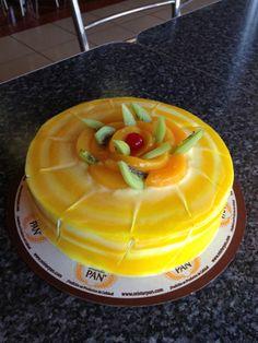 Delicioso pastel Marmoleado de Mango, torta de vainilla, relleno de sabor a mango y decorado con toques de mango y frutas.