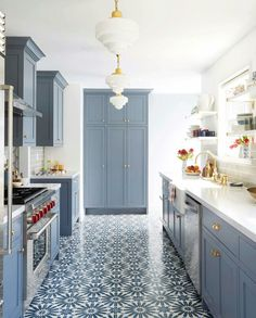 Kitchen Remodel Ideas - Browse our kitchen renovation gallery with traditional to modern to beachy kitchen design inspiration. Cool Kitchens, Kitchen Flooring, Blue Kitchen Designs, Blue Kitchen Walls, Modern Deco, Modern Kitchen, Grey Blue Kitchen, Kitchen Renovation, Kitchen Design