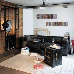 Om uw salon een industrieel design te geven, moet u kiezen voor het bijzettafeltje in zwart metaal Carlingue. Met zijn zelfverzekerde stijl zal deze kleine metalen tafel een trendy en originele decoratie van uw interieur zijn.
