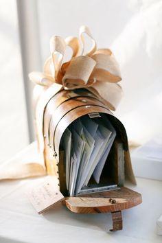 urne originale en forme de boîte aux lettres en bois, mariage à thème rustique - #Aux #bois #boîte #forme