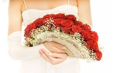 If you want to add your own personal touch to your wedding day, why not make your own alternative bridal bouquet? Wedding Fans, Red Wedding, Rose Bridal Bouquet, Wedding Bouquets, Grace Kelly Wedding, Garnet Wedding, Italy Wedding, Alternative Wedding, Princess Wedding