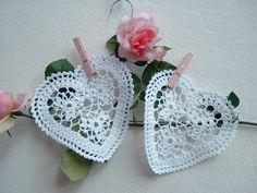 Due centri bianchi in pizzo all'uncinetto a forma di cuore. Crochet casa in stile romantico. Cuori di pizzo. Decorazione in cotone bianco.