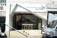 홍대에 갈 때 심심치 않게 방문하는 카페인 카페이미. 친절한 주인장과 맛난 커피와 디저트 뭐 하나 빠지지... Cafe Interior, Shop Interior Design, Retail Design, Store Design, Interior Decorating, Design Shop, Entrance Design, Facade Design, Exterior Design