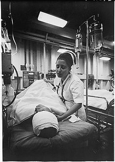 An American Navy nurse tends a patient just out of surgery in the intensive-care ward of the hospital ship U. Repose The ship is steaming off the coast of Vietnam, in a few miles south of the parallel. Vietnam War Photos, Vietnam Veterans, Vietnam History, History Of Nursing, Medical History, Military Women, Military History, Us Navy, Nursing