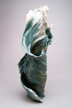 Les jolies sculptures en céramique de l'artiste américaine Denise Romecki, qui cherche à capturer la beauté et la force des vagues de l'océan dans des créations délicates